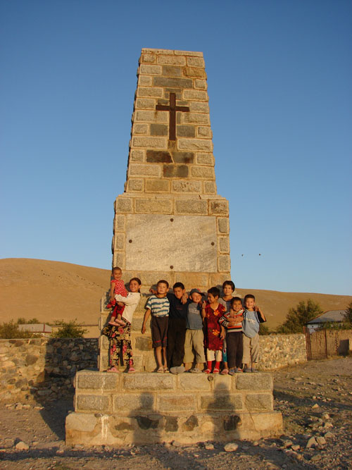 Дети кишлака рядом с монументом [Долгая Г.]